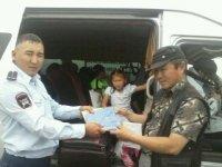 В Туве сотрудники ГИБДД в свой профессиональный праздник дарят подарки