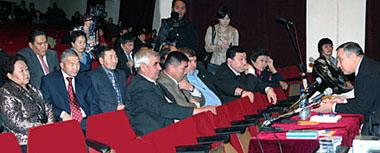 Анатолий Квашнин встречается с депутатами Законодательной палаты Великого Хурала Тувы. Фото Виталия Шайфулина.