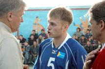 Александр Ситников консультирует игрока Дениса Морозова. Фото Виталия Шайфулина