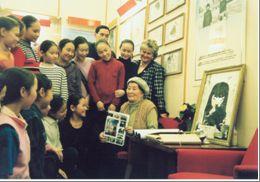 Наталья Ажикмаа и танцовщицы ансамбля Алантос в музее школы имени Нади Рушевой.