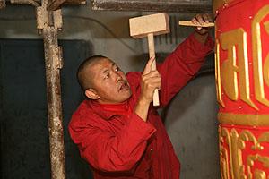 Строится молитвенный барабан. Фото Юлии Жиронкиной