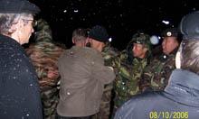 С наблюдателями от партии Жизни разбираются на КПП Шивилиг сотрудники тувинской милиции. Фото Виталия Шайфулина.