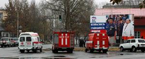 У избирательного участка в Кызыле, Тува, где по сообщению телефонного анонима заложена бомба. Фото Виталия Шайфулина
