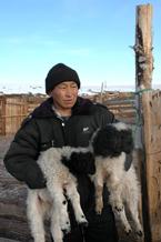 Чабан Мерген с близнецами на руках. С. Ак-Эрик. Фото Р.Монгуша. 14 января 2006 года в 15.45. Фото предоставлено газетой Урянхай-Неделя