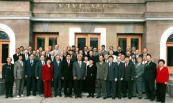 Депутаты Верховного Совета. Фото у здания парламента. Газет