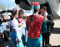 Иосифа Кобзона встречают в аэропорту Кызыла. Фото Оюмыы Хомушку