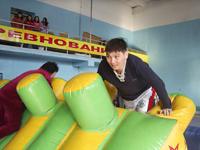 Эстафета на надувном модуле. Фото предоставлено комитетом по молодежной политике и спорту г. Кызыла
