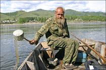 Лодочник Федор Юрков переправляет в поселок староверов Эржей, Тува. Фото сайта dm.ykt.ru