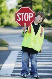 """В Туве школьники раздали водителям листовки """"Будь внимательнее, я иду в школу"""""""
