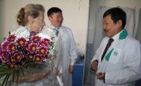 Медсестру главной больницы Тувы поздравил глава республиканского Минздрава