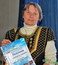 Руководитель ансамбля «Октай» Надежда Пономарева принимает поздравления с Днем рождения