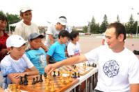 В Туве Всемирный день шахмат отметили сеансом одновременной игры на главной площади столицы