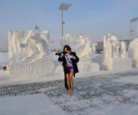«Белый медвежонок» тувинских камнерезов приветствовал в Новосибирске полуобнаженных красавиц