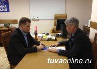Мазуревский внимательно следит за работой тувинских единороссов