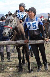 Лучшим коневодам Тувы на открытии сезона конных скачек вручены госнаграды