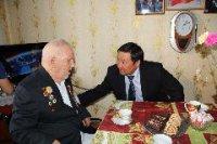 Мэр Кызыла поздравил с Днем победы 99-летнего командира легендарного минометного расчета Александра Шумова