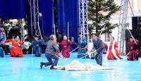 Тува: вице-премьер и министр поучаствовали в изготовлении войлока