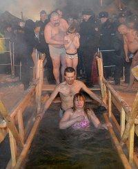 Крещенские купания в Туве прошли при 30-градусных морозах