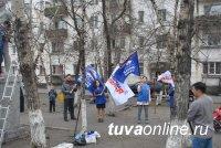 Кызылские единороссы провели субботник у памятника космонавту