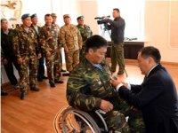 Глава Тувы вручил десантнику Аяну Лопсану медаль участника боевых действий на Северном Кавказе и поздравил со свадьбой