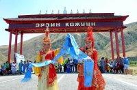 """Въезжающих в самый южный приграничный район Тувы - Эрзинский - встречают """"Небесные ворота"""""""