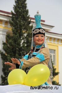 Глава Тувы и спикер парламента поздравили жителей Тувы и Кызыла с юбилеем