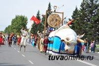 По улицам Кызыла в течение 2 часов прошествовали праздничные колонны парада к 100-летию столицы Тувы