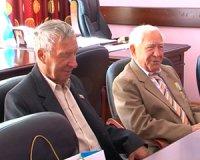 Ветеранам Тувы Григорию Долгополову и Аркадию Поручнику вручены юбилейные подарки