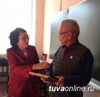 Тувиновед Николай Абаев принимает поздравления с юбилеем