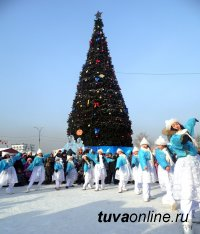 Детским праздником открылась главная елка Кызыла с ледовым городком и катком