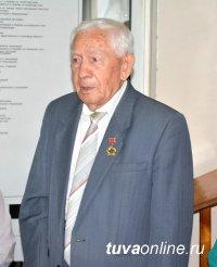 Поздравления с Днем рождения принимает один из легендарных руководителей Тувы Григорий Долгополов