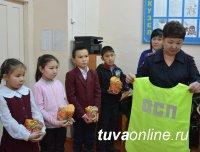 Сотрудники Госавтоинспекции Тувы на новогодних утренниках провели акцию «Стань заметнее!»