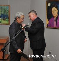 Художник Олег Суван-оол награжден Почетной грамотой Хурала представителей Кызыла
