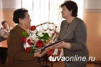 Один из самых опытных педагогов Тувы Александра Донгак награждена медалью «100 лет городу Кызылу»