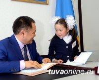 Глава Тувы расписался в дневниках лучших учеников республики