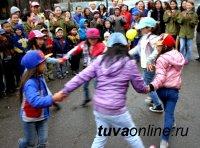 Cтуденты ТувГУ организовали концерт для детей из малоимущих и многодетных семей, проживающих по улице Московская