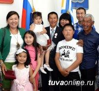 Глава Тувы накануне Дня России вручил государственные награды труженикам, артистам, героям