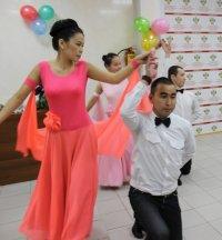 Медицинские работники Тувы отмечают профессиональный праздник зарядкой и конкурсом бальных танцев