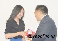 70 выпускникам школ Тувы вручены  золотые медали