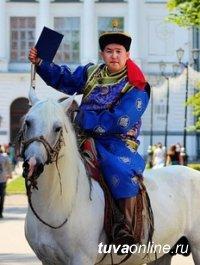 В Томске уроженец Тувы приехал за дипломом на коне и в национальном костюме