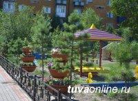 Кызыл: Домашний пруд с водяными лилиями, двор многоквартирного дома - цветущий плодовый сад