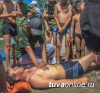 Кызыл: Спасатели обучили детей на городском пляже правилам поведения на воде