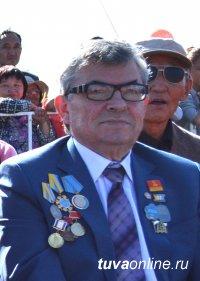 Почетный гражданин Кызыла Петр Морозов принимает поздравления с юбилеем