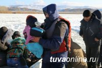 В Туве спасатели на аэролодке «Пиранья-6» переправили больных детей через Енисей