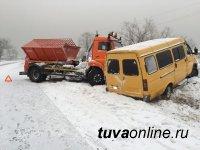 В Кызыле в результате столкновения КАМаза и маршрутки  пострадали два пассажира