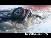 В Туве две автомашины провалились под лед на несанкционированной переправе
