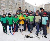 Совет отцов гимназии № 5 залил каток и провел среди школьников турнир по хоккею с мячом на дворовой коробке
