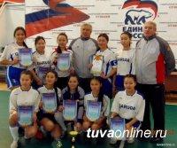 В окружном этапе по мини-футболу в Красноярске участвуют 8 школьных команд из Тувы