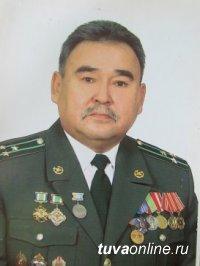 Ветеран пограничной службы Владимир Комбу принимает поздравления с юбилеем