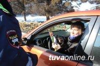 В Кызыле инспекторы ГИБДД поздравили автолюбительниц с 8 марта
